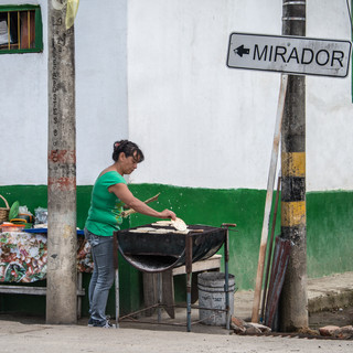 Арепы (маисовые лепешки) готовятся на улицах Саленто Making arepas (maize cakes) in the streets of Salento