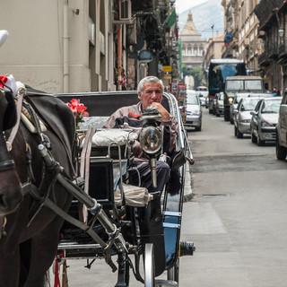 Кучер в ожидании туристов на улице в Палермо A coachman waiting for tourists in a street in Palermo