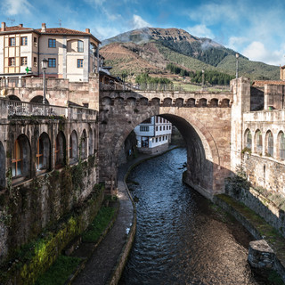 Средневековый мост в городе Потес Old medieval bridge in the town of Potes