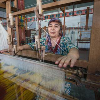 Ткачиха за работой, шелковая фабрика в Маргилане, Ферганская долина A weaver at work, silk factory in Margilan, Fergana Valley