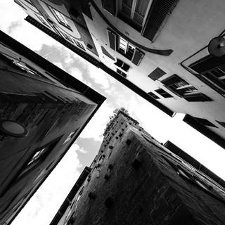 Глядя вверх в узких улочках маленьких итальянских городов. Лукка, Тоскана Looking up from narrow streets of small Italian towns. Lucca, Tuscany