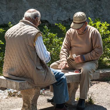 Два пожилых палермца за игрой в карты в маленьком парке рядом с Палаццо Норманни Two elder Palermitans playing cards in a small park beside Palace of the Normans