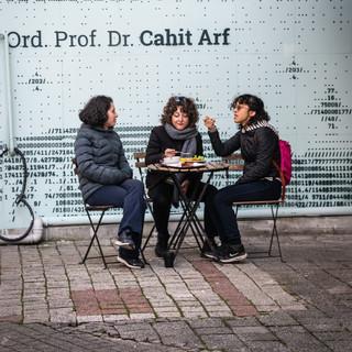Три подруги у стены с граффити  Three friends at a graffiti wall