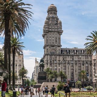Паласио Сальво, одна из главных архитектурных доминтант Монтевидео, построенная в 1923-1928 годах. Его брат-близнец, Паласио Бароло, находится в Буэнос-Айресе  Palacio Salvo building, one of the main architectural focuses in Montevideo. Built in 1923-1928, it has a twin, Palacio Barolo, in Buenos Aires