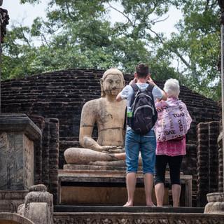 На развалинах Полоннарувы  In Polonnaruwa ruins
