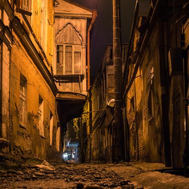 Ночной переулок в Стром городе A side street in Tbilisi's old town by night