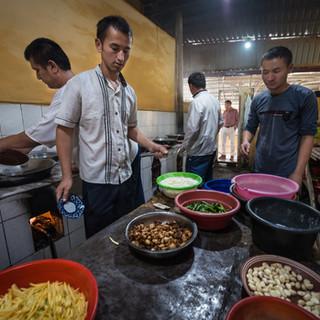 В специальной кухне для готовки плова, поселок Уч-Арык, Ферганская долина In a special kitchen for preparing pilaf, Uch Ariq settlement, Fergana Valley
