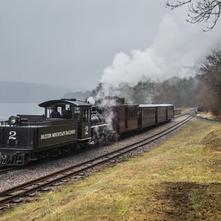 Туристический поезд на исторической Бреконской горной железной дороге Tourist train travels on historical Brecon Mountain Railway