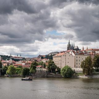Вид через Влтаву на Малу Страну и Градчаны A view across Vltava river to Malá Strana and Hradčany districts