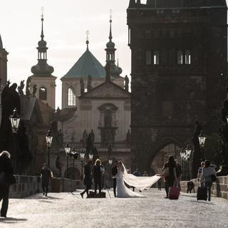 Свадебные фотосессии на Карловом мосту на рассвете Wedding photography on Charles Bridge at dawn