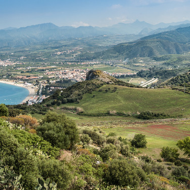 Вид из Тиндари на горы северо-востока Сицилии A view from Tindari towards northeastern Sicilian mountains