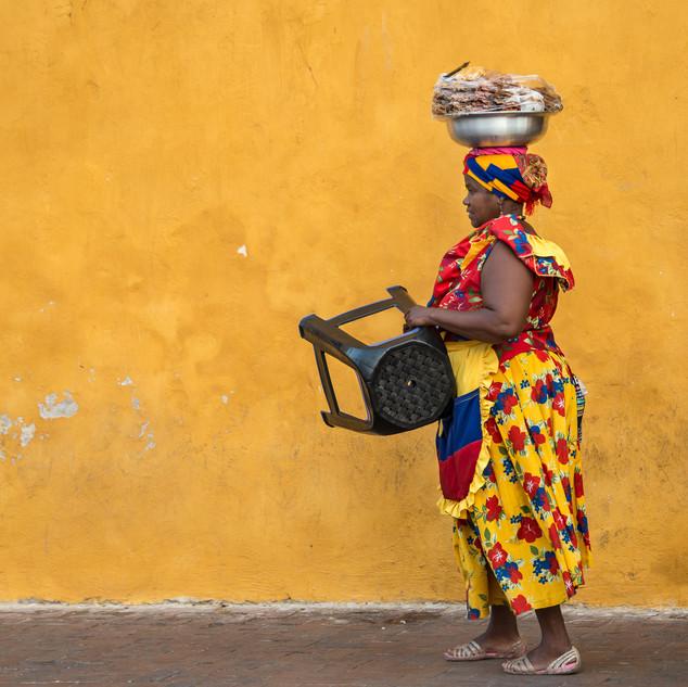 Паленкера у ворот старого города Картахены A palenquera woman at Cartagena's Old Town gates