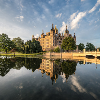 "Шверинский замок часто называют ""северным Нойшванштайном"" Schwerin Palace, sometimes called 'Neuschwanstein of the North'"