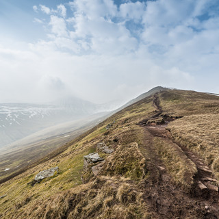 На тропе к вершине горы Пен-и-Ван, горы Брекон Биконс On a trail to the summit of Pen-y-Fan, Brecon Beacons mountains