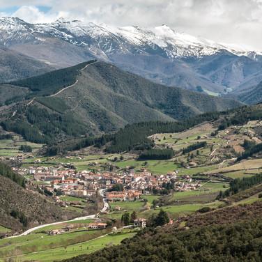 Город Потес и горы Пикос-де-Эуропа The town of Potes and Picos de Europa mountains