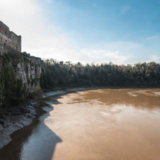 Руины замка Чепстоу на известняковых скалах на берегу реки Уай Chepstow Castle ruins over limestone cliffs on the bank of Wye river