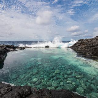 """Лагуна в Джункалинью, остров Сан-Николау.  Характерные для Кабо-Верде """"лагуны"""" – углубления в прибрежной вулканической породе, наполняемые водой волнами во время шторма  A laguna near Juncalinho, São Nicolau island. Cape Verdean 'lagunes' are depressions in coastal volcanic rock which are filled by oceanic water by waves"""