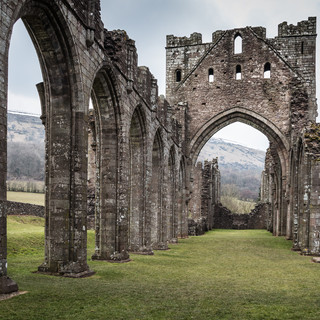 Среди руин монастыря Ллантони Among the ruins of Llanthony priory