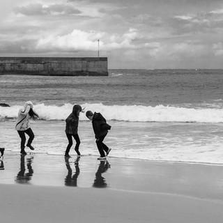 Дети на пляже в Комийясе Children on the beach of Comillas