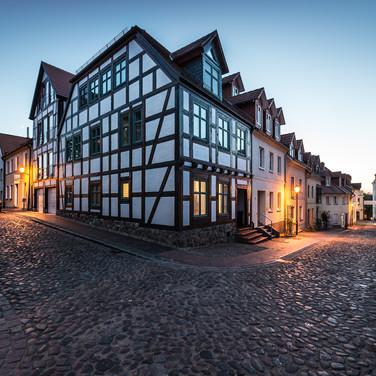 Улицы старого города в Варене (Мюрице) летней ночью Streets of the old town in Waren (Müritz) by a summer night