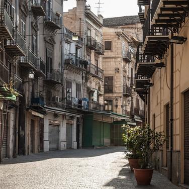 Пустынная улица в центре Палермо A deserted street in the centre of Palermo
