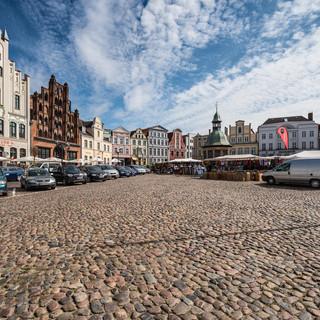 Ярмарка на Ам Маркт, главной площади старого города в Висмаре Am Markt, the main square of  Wismar's old town, bustling with marketeers