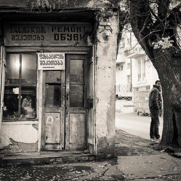 Уголок Тбилиси с ларьком ремонта обуви A nook with a shoe repair booth, Tbilisi