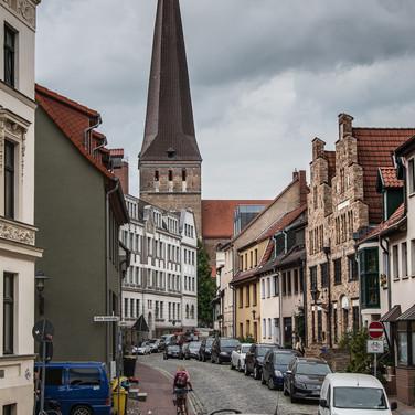 Улица Альтер Маркт в Ростоке и мощный шпиль Петрикирхе (высота 117 метров) Alter Markt street in Rostock and the solid spire of Petrikirche (117 metres tall)