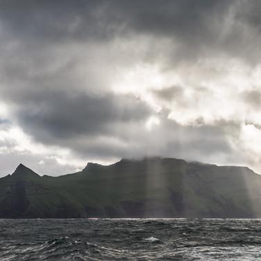 Остров Мичинес в лучах солнца Mykines island in sunlight