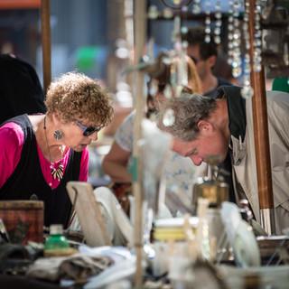 Блошиный рынок на Пласа Матрис, одной из главных площадей Монтевидео. На этом рынке кажется, что в Уругвае вот уже лет 150 не выбрасывают вообще ничего: тут можно найти практически любое старье, от посуды, светильников и фотоаппаратов до украшений и даже чьих-то писем (да-да, писем, которые кто-то кому-то сто лет назад писал!)  Flea market in Plaza Matriz, one of the main squares of Montevideo. In this market, you could think that nothing was thrown away to trash bins in Uruguay at least for the last 150 years: you could find here any old thing imaginable (of portable size, indeed) – from lights and tableware and photo cameras to jewellery and personal letters (yes, letters somebody wrote some 100 years ago, too!)