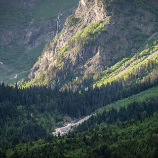 Вид вдоль долины реки Долра на водопады Бечо A view along Dolra river valley towards Becho waterfalls