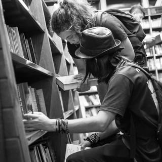 Покупатели в книжном магазине El Ateneo, расположенном в помещении бывшего театра Customers in El Ateneo, a bookstore located in a former theatre's premises