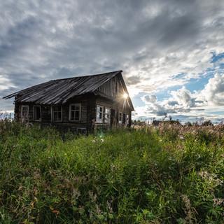 Брошенный дом в покинутой деревне, Архангельская область  A decaying wooden house in an abandoned village, Arkhangelsk region