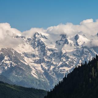 Снежные вершины Кавказских гор видны в Сванетии практически из любой точки Caucasus mountains' snowcaps could be seen from any single place in Svaneti