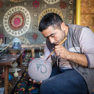Роспись традиционной риштанской керамики, Риштан, Ферганская долина Painting traditional ceramic ware, Rishton, Fergana Valley