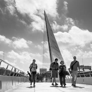 """На пешеходном """"Мосту Женщины"""". В районе Пуэрто-Мадеро все улицы называются именами известных женщин, а одной из архитектурных жемчужин района является этот пешеходный мост авторства Сантьяго Калатравы At Puente de la Mujer (Woman's Bridge)"""