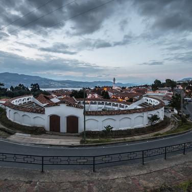 Городок Гуатавита в вечерних сумерках The small town of Guatavita at dusk