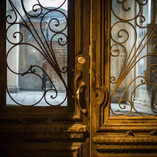 Старая входная дверь An old front door