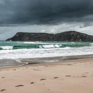 Волны обрушиваются на пляж в Комийясе Waves break on the beach of Comillas