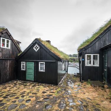 """Традиционные фарерские деревянные дома в Тинганесе, крошечном """"старом городе"""" Торсхавна Traditional Faroese wooden houses in Tinganes, Tórshavn's tiny 'old town'"""