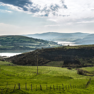 Зеленые холмы и водохранилище Эбро Green hills surround Embalse del Ebro reservoir