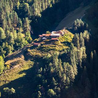 Малюсенькое селение на горном склоне  Tiny hamlet on a mountain slope