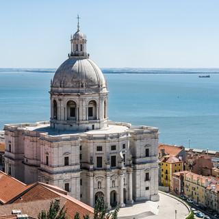 Барочная церковь Санта-Энграсиа, внутри которой находится Национальный Пантеон The church of Santa Engrácia hosts the National Pantheon