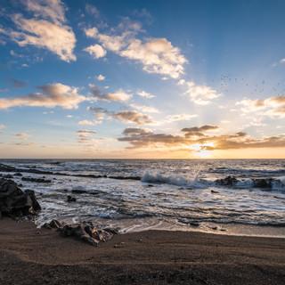 Рассвет над теплыми водами Атлантического океана, город Ла-Палома  Sun rises ofer warm waters of South Atlantic ocean, town of La Paloma