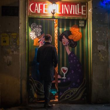 У входа в кафе At a café's entrance