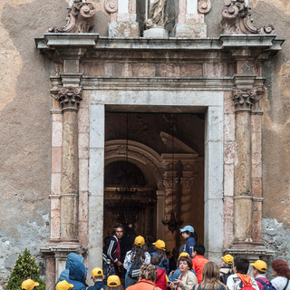 Школьники у входа в церковь, Таормина Schoolkids at the gates of a church, Taormina