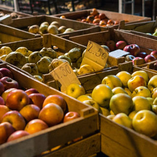 Торговля фруктами на улице Fruit for sale in a street