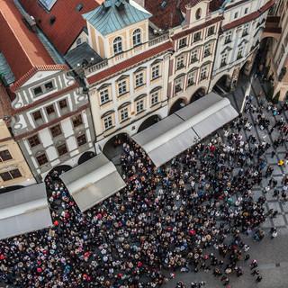Толпа собирается около Староместской ратуши смотреть представление на Пражских курантах The crowd gathers at Prague Town Hall to watch hourly show of Prague Astronomical Watch