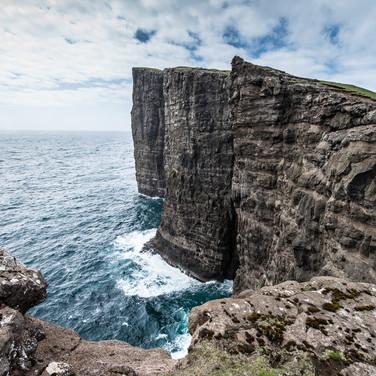 Мыс Трэлануипа вертикально обрывается в океан с высоты 142 метра The promontory of Trælanípa falls precipitiously into the ocean from the height of 142 m