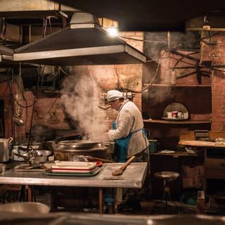 Кухня в Духани Рача, возможно, самой аутентичной таверне Тбилиси The kitchen of Dukhani Racha, probably the most authentic traditional tavern in Tbilisi
